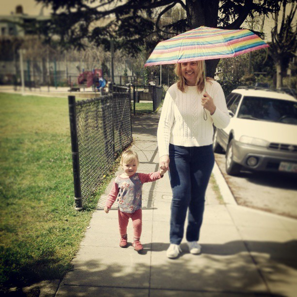 Love this sweet pic with emma & @barbaragibbs. E made her aunt keep the umbrella and of course she did. :)