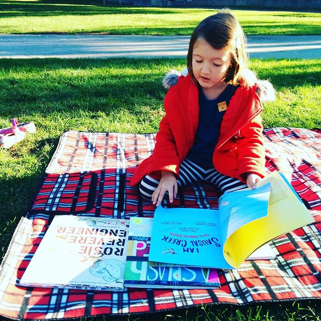 In the grass @oaklandmuseumca with books and a blanket